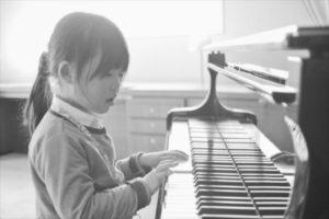 鍵盤を弾く女の子