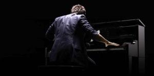 ローランドの電子ピアノを弾くイメージ