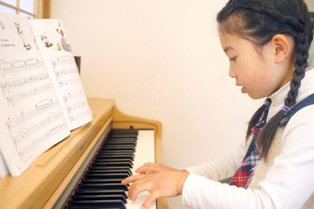 電子ピアノで練習する女の子