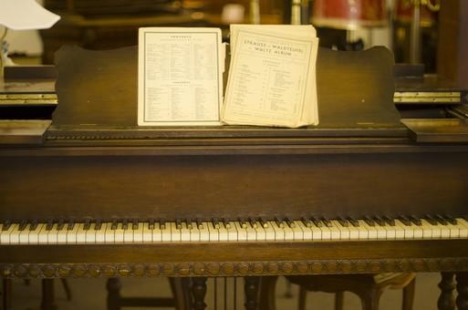 古いピアノのイメージ画像