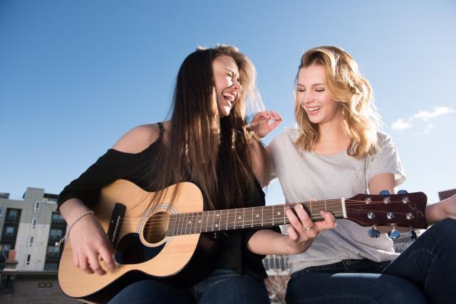 ギターを楽しんでいる